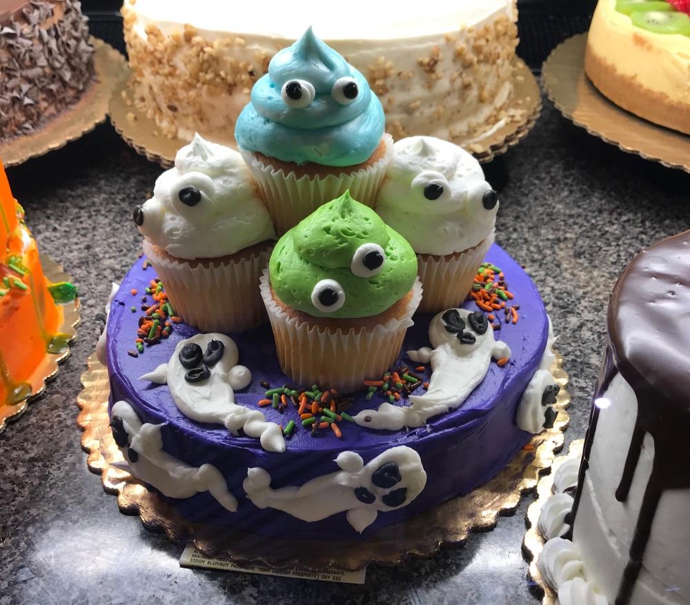 カップケーキが乗ったケーキ