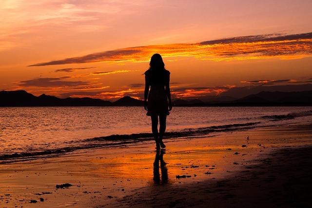 女性ひとりで夜のビーチは危険!