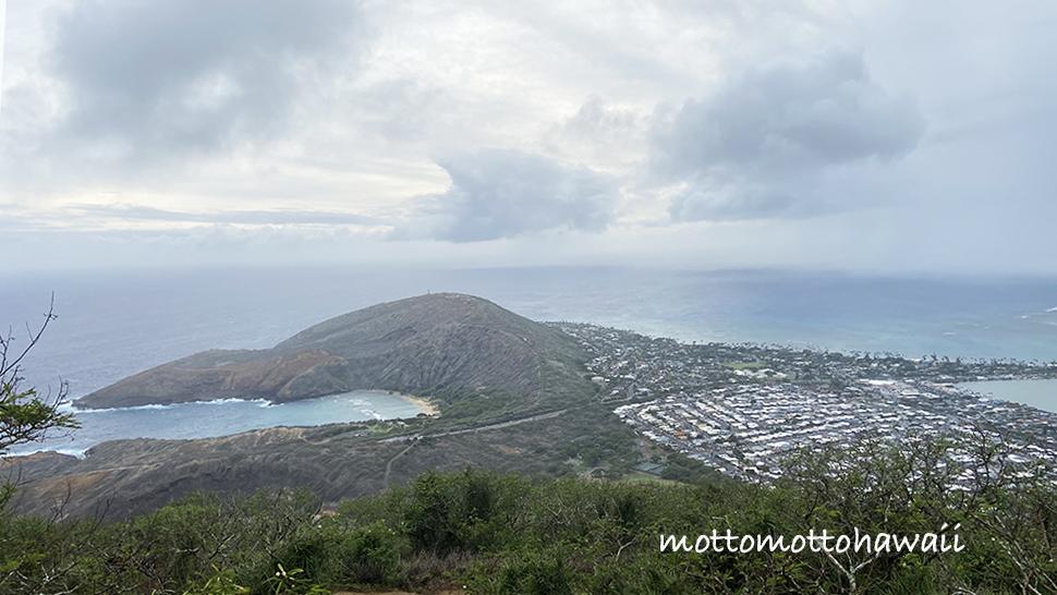 曇りの日の山頂からの景色